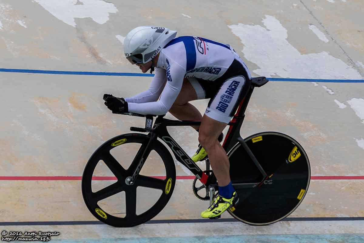 Antti Ruotsalo ajaa velodromilla GP-kisassa 2016.